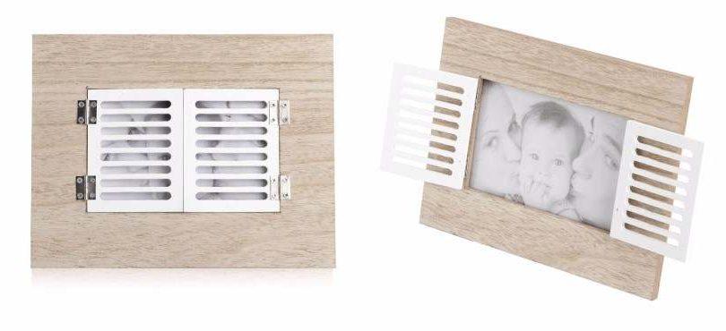 מסגרת לתמונה עשויה עץ עם חלון נפתח