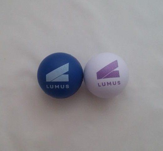 כדור לחיץ ממותג עם לוגו
